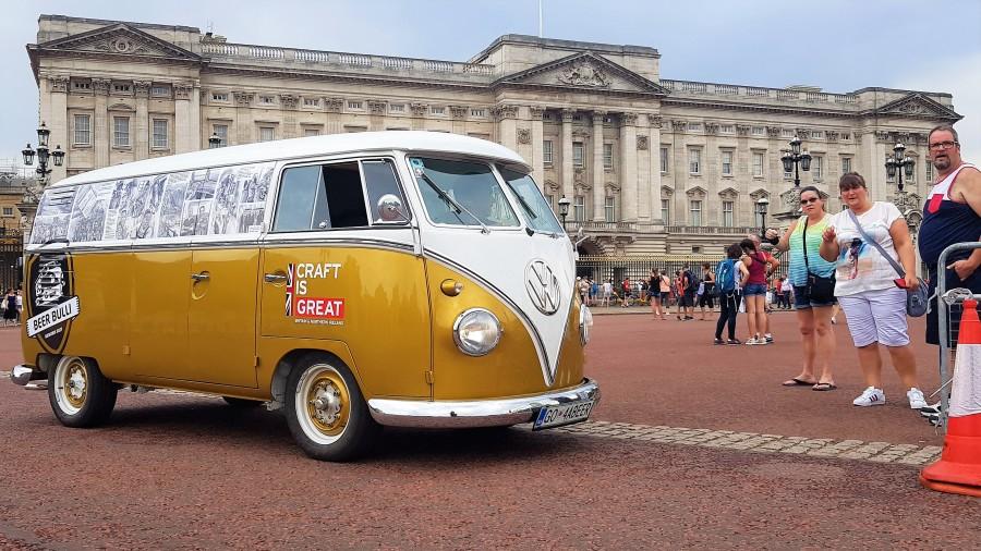 Slika5 – pred Buckinghamsko palačo